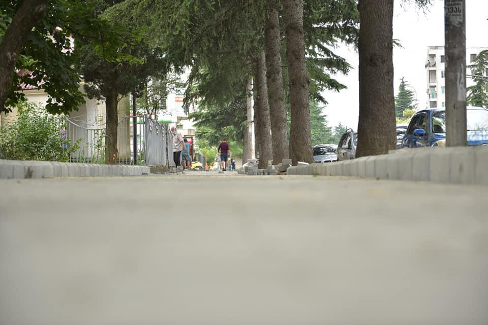 ქუთაისში, ირაკლი აბაშიძის ქუჩაზე ტროტუარების სარეაბილიტაციო სამუშაოები მიმდინარეობს